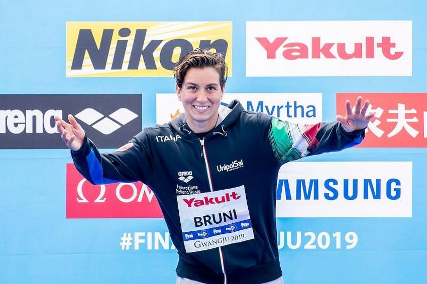 Rachele Bruni alza la coppa della World Series FINA