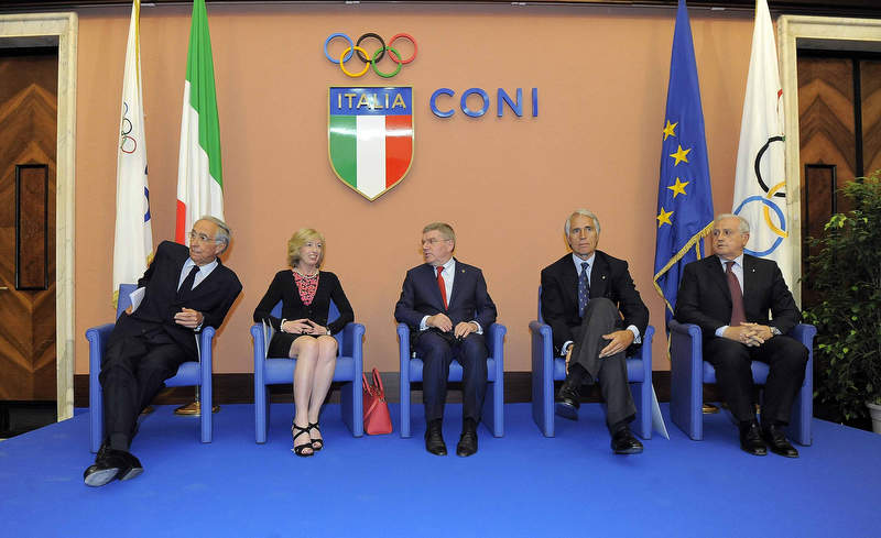 16 Presidente Bach con Malagò, Ministro Giannini, Roberto fabbricini e Franco Carraro presidente fondazione onesti