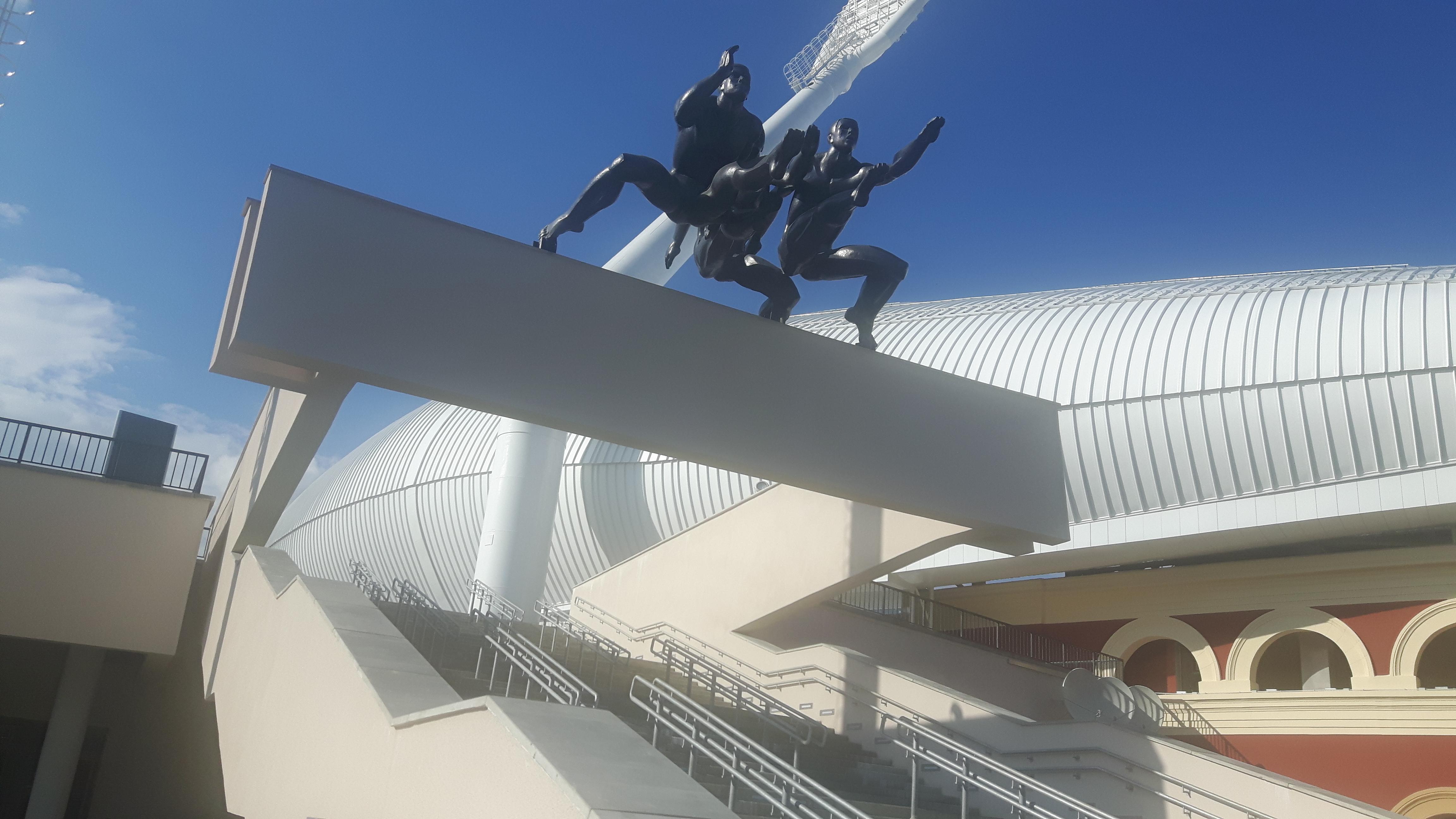 statua corridori Dinamo Stadium