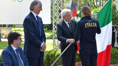 L'orgoglio tricolore spinge gli azzurri verso Rio: al Quirinale Mattarella consegna la bandiera a Federica Pellegrini e a Martina Caironi
