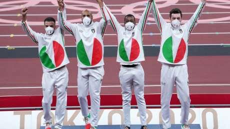 Staffetta 4x100m Premiazione ORO Foto Luca Pagliaricci GMT PAG04919 copia